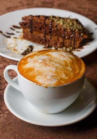 koffie en dessert gebak op de tafel