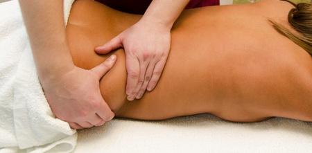 closeup di giovane donna, ottenendo un massaggio alla schiena