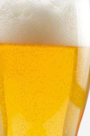 Bicchiere di birra primo piano su uno sfondo bianco