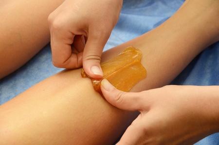 depilacion con cera: Azucarado: depilaci�n con az�car liquate en las piernas.