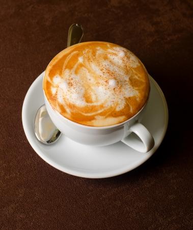Café Cappuccino tasse agrandi à la table Banque d'images - 10498471