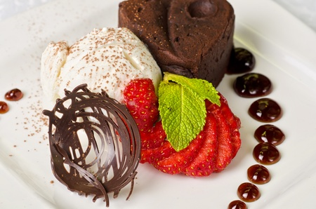 postres: Flan de chocolate con fresas y chocolate, un postre maravilloso Foto de archivo