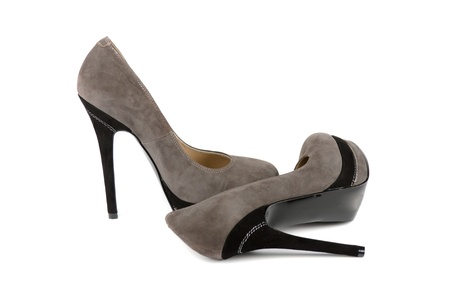 grises zapatos femeninos sobre un fondo blanco