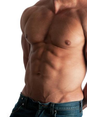 nudo maschile: Muscoloso torso maschile di bodybuilder in jeans, su sfondo bianco Archivio Fotografico