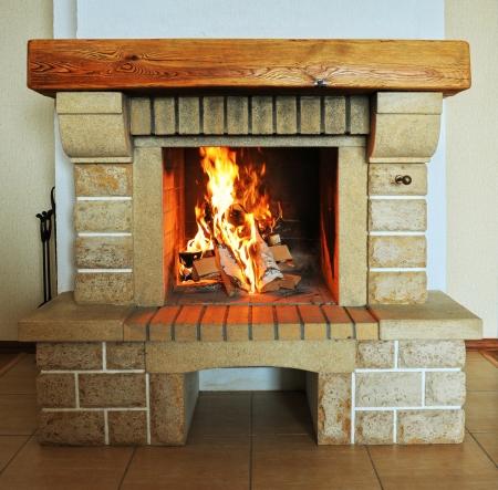 Camino con legna e primo piano fuoco Archivio Fotografico