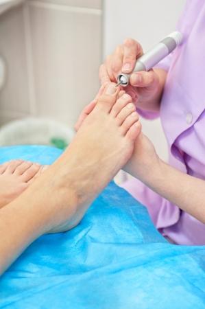 pedicure piede femminile in un salone di bellezza