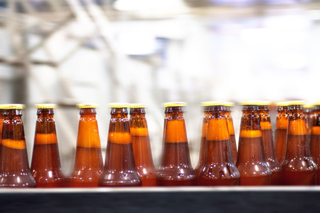 Botellas de cerveza en la cinta transportadora