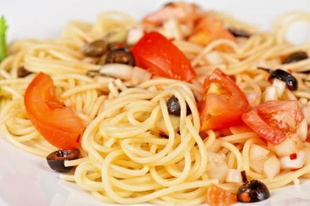 alcaparras: Pasta con tomate, aceitunas negras, alcaparras y verdes Foto de archivo