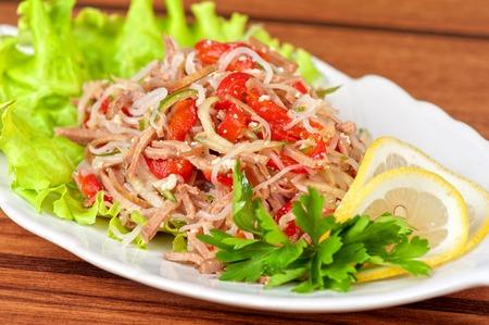 chinesisch essen: Frischer Salat mit funchozy, Fleisch und Gemüse