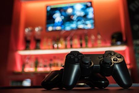 바 카운터에서 비디오 게임