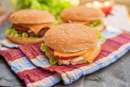 hamburguesa: Primer plano de casa hizo hamburguesas en mesa de madera