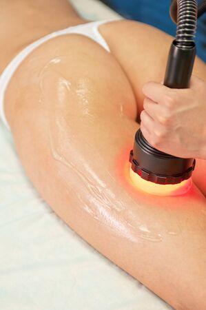 salon de belleza: procedimiento para las mujeres de la cadera contra la celulitis y la grasa
