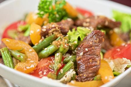 comida sana: Ensalada caliente con carne de ternera primer