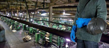 産業工場で楽器とワーカー溶接機