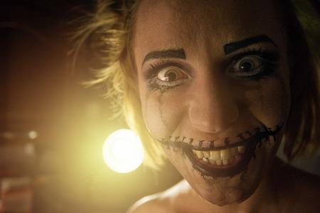 jolie fille: Horrible fille avec la bouche et les yeux effrayant