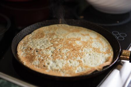 hot cakes: tortitas fritas en la mesa de madera vieja