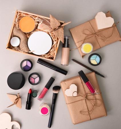 cosmétiques fixés pour le maquillage sur fond clair Banque d'images