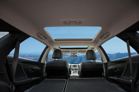 Voyage en voiture avec toit panoramique Banque d'images - 59290701