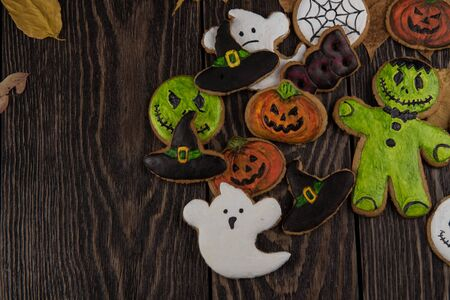 wood spider: Homemade delicious ginger biscuits for Halloween on wooden table