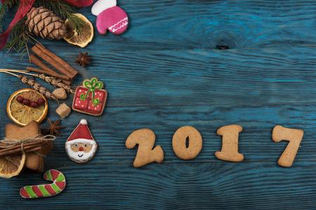 calendario diciembre: Panes de jengibre para el nuevo 2017 años en el fondo de madera, el tema de Navidad