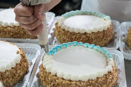 Producción de pasteles manuales en fábrica Foto de archivo