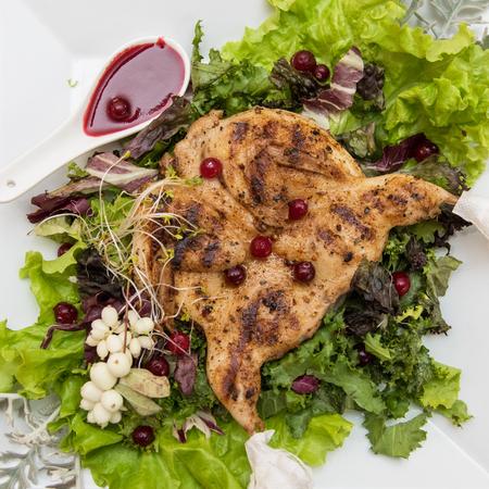 quail: codorniz asada con salsa de arándano agridulce decorada con rowanberry