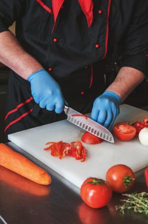 包丁で野菜を切るシェフ