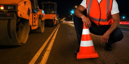 repareren van de weg in de nachtelijke stad
