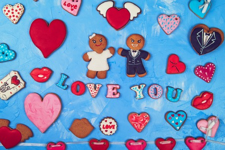 Gingerbreads for Valentines Day or Marriage on blue concrete background Foto de archivo