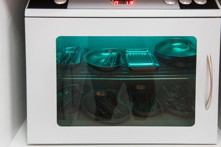 Autoklaw z instrumentami medycznymi w sterylizatorni w klinice. Zdjęcie Seryjne