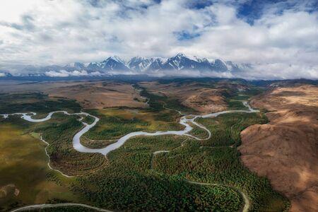 Kurai-Steppe und Chuya-Fluss auf Nord-Chui-Grat-Hintergrund. Altai-Gebirge, Russland. Panoramabild der Drohne aus der Luft. Standard-Bild
