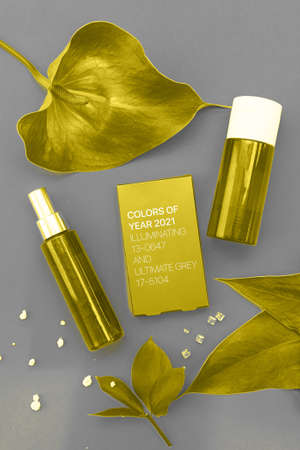 Colors of the year 2021: Ultimate Gray and Illuminating yellow concept. Makeup cosmetic products, flat lay, top view. Banque d'images