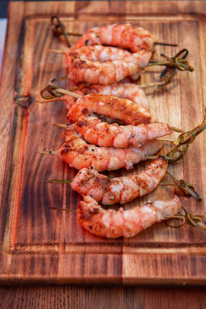 A professional cook prepares shrimps on the grill outdoor, food or catering concept Banque d'images