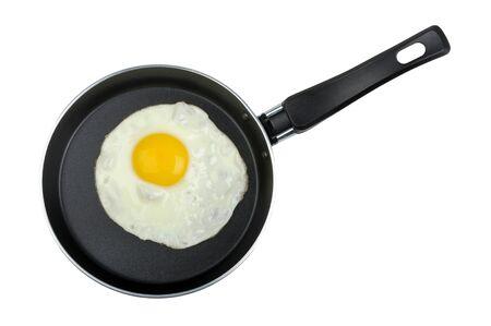 pan fried: uovo fritto in una padella isolato su sfondo bianco