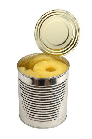 frutta sciroppata: ananas in scatola in un barattolo isolato su uno sfondo bianco