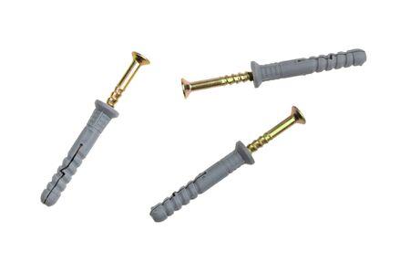 ironmongery: tornillos y tacos aislados sobre fondo blanco