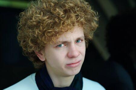 Ritratto di un giovane uomo con i capelli ricci Archivio Fotografico - 8678606