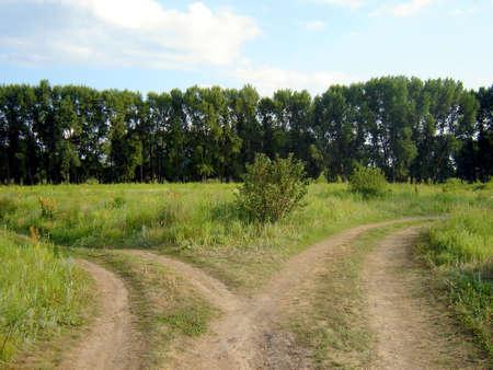 Die Straßen-Kreuzung und blauer Himmel und grüne Gras Standard-Bild