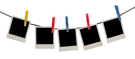 fotolijsten op een touw geà ¯ soleerd op wit
