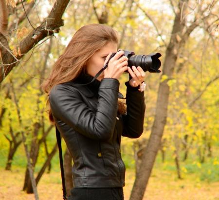 Hermosa mujer joven fotógrafo de la naturaleza Foto de archivo - 15574725