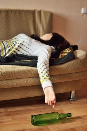 Mujer borracha durmiendo en el sofá Foto de archivo - 16028392