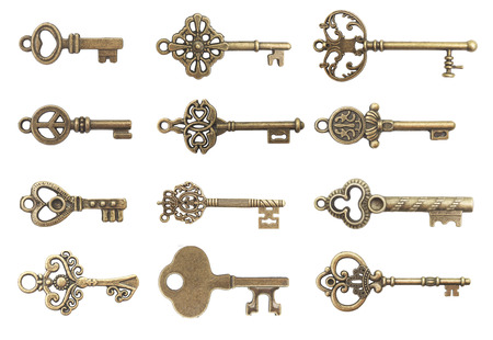 oude sleutels geïsoleerd op witte achtergrond Stockfoto