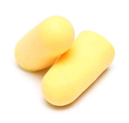 zwei gelbe Ohrstöpsel isoliert auf weißem Hintergrund