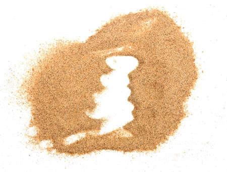 tas de sable isolé sur fond blanc