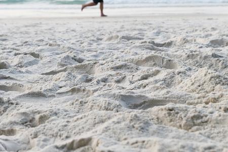 Runner on a sandy beach Foto de archivo - 119762533