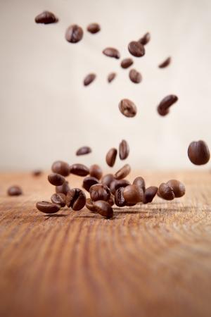 抽象的な背景にコーヒー豆を飛んでください。