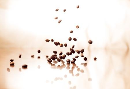 Vliegende koffiebonen op abstracte achtergrond Stockfoto