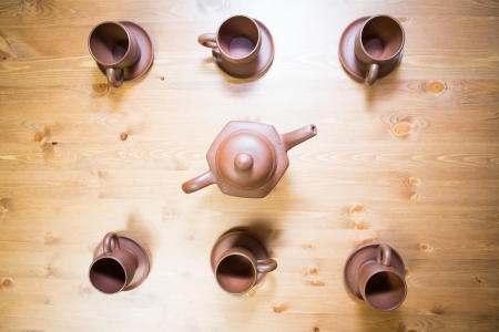 pu: Clay teapot and cups on a wooden table