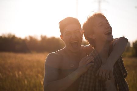amor gay: Retrato de una joven pareja gay al aire libre
