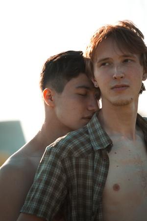 야외 행복한 게이 커플의 초상화
